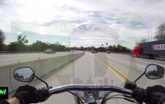 """Motociklininką """"nukirtęs"""" vairuotojas nusivežė jį ant bagažinės"""