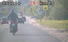 17-metis motociklininkas Telšiuose prisivažinėjo - neteks teisės vairuoti
