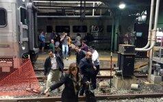 Netoli Niujorko – traukinys rėžėsi į platformą, pranešama apie daugiau nei 100 sužeistųjų, yra įstrigusių keleivių