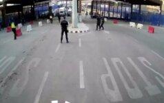 Nufilmuota: Šiaurės Afrikoje ispanų policininkai sulaiko peiliu ginkluotą užpuoliką