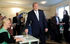 Georgian President Giorgi Margvelashvili votes
