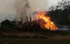 Atvira liepsna degusį namą užgesinę ir ėmę tvarkyti ugniagesiai rado negyvą moterį