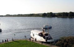 Nemuno deltoje zuja dar prieškarį menantys laivai