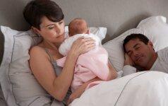 Kodėl vienos moterys po gimdymo verkia, o kitos – juokiasi