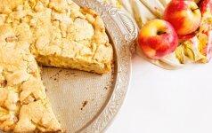 Greitas obuolių ir slyvų pyragas