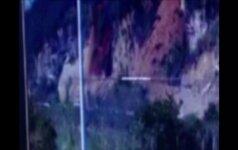 Stebėjimo kamera Kinijoje užfiksavo, kaip autobusas vos išvengė nuošliaužos