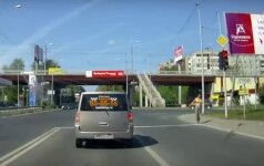 """Vaizdelis iš Rusijos: Tambovo gatvėje – pusnuogė """"balsuotoja"""""""