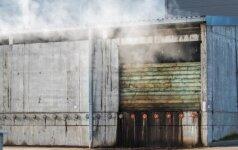 Atliekų apdorojimo centre kilo gaisras, žmonės piktinasi smarve