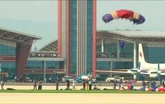 Efektingi lėktuvų ir parašiutininkų pasirodymai Šiaurės Korėjoje