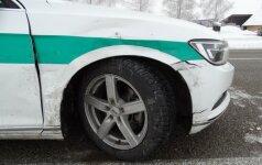 Girtas vairuotojas kliudė ir pareigūną ir tarnybinį automobilį