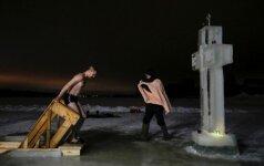 Rusijoje per 1,8 mln. žmonių maudėsi lediniame vandenyje per tradicines krikšto ceremonijas