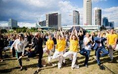 Tarptautinė jogos diena Lietuvoje paminėta masiškai atliekant medžio pozą