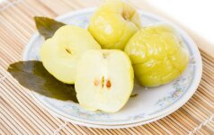 Neįmanoma atsispirti: marinuoti obuoliai (su kopūstais, šermukšniais ar medumi)