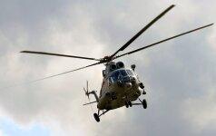 Kariuomenės sraigtasparnis padeda gesinti durpyne Šiaulių rajone kilusį gaisrą