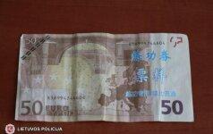 Neįtikėtinas įžūlumas: platino netikrus eurus su kiniškais rašmenimis
