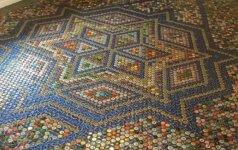 Darau pats: grindų mozaika iš įvairių gėrimų kamštelių