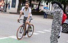 Dviratininkas važiuoja per dviračių perėją (asociatyvi nuotr.)