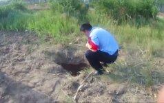 Gelbėtojai iš išdžiūvusio šulinio Kinijoje ištraukė berniuką