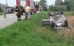 Nuo kelio nulėkęs automobilis užsidegė, vairuotojas – girtas