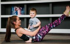 VIDEO pamoka: mankšta po gimdymo mamai su kūdikiu ant rankų