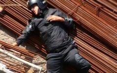 Nufilmuota Brazilijoje: nuo tilto nuskriejęs motociklininkas liko gyvas
