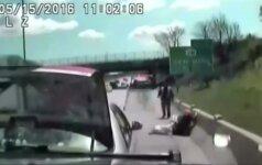 Vaizdo įraše – vairuotoja atsitrenkia į policijos automobilį ir sprunka nuo pareigūnų