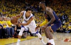 """L. Jamesas vėl siautė, bet """"Warriors"""" ir S. Curry – jau tik per žingsnį nuo NBA aukso žiedų"""