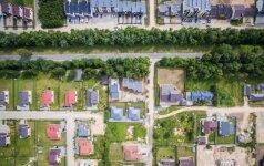 Tūpsnis nelegaliems statytojams: įtarimų sukėlę namai stovės kaip stovėję