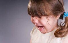 Darželyje ant mažylės užgriuvo spinta: abi rankos – sugipsuotos