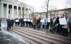 Prie Seimo - protestas prieš siūlymus varžyti pagalbinio apvaisinimo galimybes