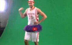 """D. Motiejūnas per """"Rockets"""" klubo žiniasklaidos dieną stebino savo apdarais ir šokiu"""