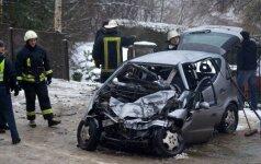 Ariogaloje per avariją automobilio nuolaužos vyrui prispaudė kojas