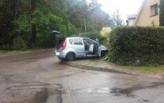 """Pavogta mašina atsirado po 5 minučių """"įmūryta"""" į tvorą"""