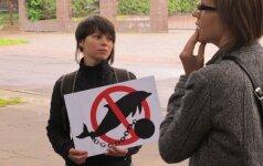 Vilniuje prie Japonijos ambasados - protestas prieš delfinų medžioklę