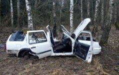 """Pamiškėje aptiko supjaustytą """"VW Golf"""", ieškoma jo šeimininko"""