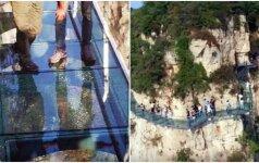Galima numirti iš baimės: po turistų kojomis skilo stiklinis takas virš bedugnės