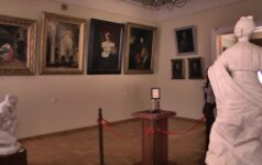Paslaptis Šiauliuose: porcelianinė plokštelė, kurią apšvietus žvake išryškėja jaunos damos portretas