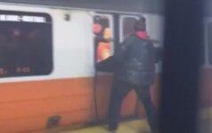 Nuo dūmų Bostono metro keleiviai iš traukinio gelbėjosi pro išdaužtus langus