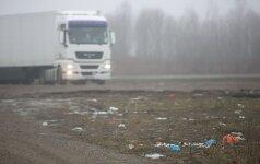 Vaizdai pasienyje šokiruoja: per sunkvežimių langus skrieja išmatos ir buteliai su šlapimu