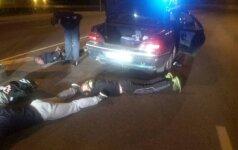 Naktį policija vaikėsi automobilį, pilną girtų agresyvių paauglių