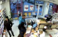 Alytaus policija ieško nufilmuoto vyro: panašu, kad parduotuvėje labai norėjo gauti ką nors nemokamai