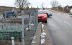 Neatidi moteris privertė vairuotoją trenktis į tvorą