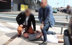 Prekybos centro aikštelėje nufilmuota įspūdinga sulaikymo operacija: įtariamieji buvo sekami