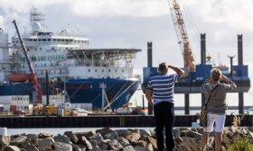 """Pora stebi ir fotografuoja Rusijos vamzdžių klojimo laivą """"Akademik Cherskiy"""", prisišvartavusį Mukrano uoste netoli Zasnico, Baltijos jūros Ruegen saloje, šiaurės rytų Vokietijoje"""