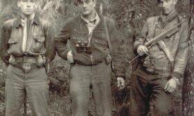 Iš Vakarų sugrįžę ir parašiutais nusileidę partizanai (iš kairės į dešinę) Klemensas Širvydis-Sakalas, Juozas Lukša-Daumantas ir Bronius Trumpys-Rytis