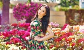 Moteris gėlėta suknele