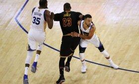 """Perkamiausių NBA marškinėlių viršūnėje – dvi """"Warriors"""" žvaigždės ir tarp jų įsitaisęs Jamesas"""