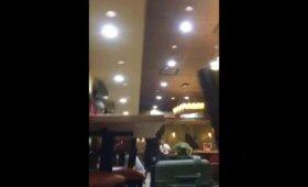 Nufilmuota, kaip Meksiko oro uosto kavinėje po stalais slėpėsi turistai