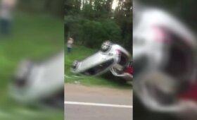 Šalia Vilniaus įvyko didelė avarija: sužaloti 2 žmonės, viena vairuotojų girta