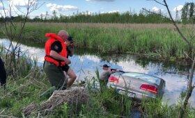 Šadžiūnų kaime į vandenį įvažiavo lengvasis automobilis